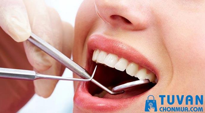 tới nha khoa hay lấy cao răng tại nhà